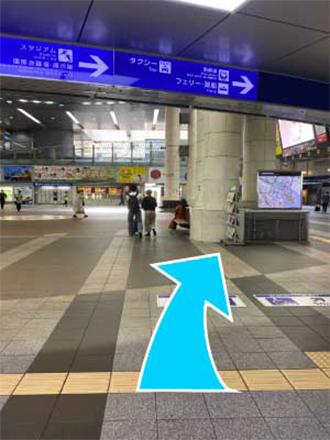 ①JR小倉駅3階改札口を右方向、スタジアム方面へ。